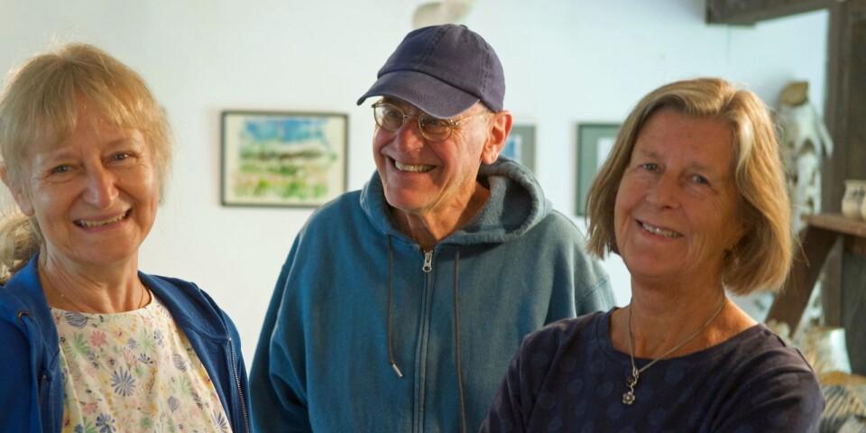 Herdis och Jim Burkard samt konstföreningens ordförande Margaretha Borgehed.