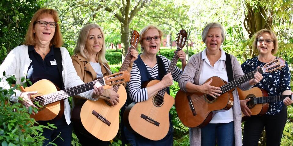 """Ann-Sofie Dahlström, Munevera Elka, Bodil Bengtsson och Birgitta Andréen är fyra av åtta deltagare i Gitte Pålssons (mitten) gitarrkurs för personal inom äldreomsorgen. Kursen har inget med materialet """"Musikmöten året runt"""" att göra men Gitte ser möjligheten att utveckla en spelbok för äldreomsorgen med enkla gitarrackord."""