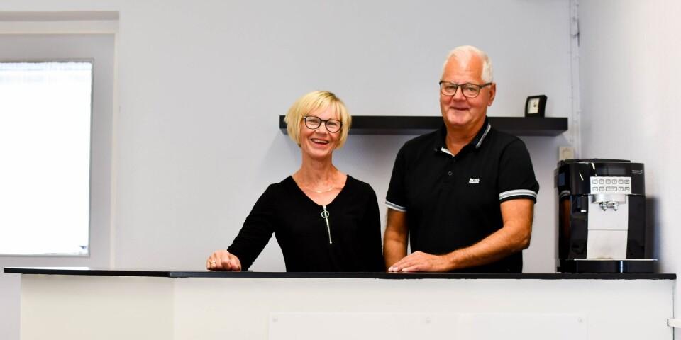 Nu jobbar Lena och Ingemar Jönsson sida vid sida i Österlens psykologbyrå som flyttat in i lokalen där Lena-Salongen tidigare låg.
