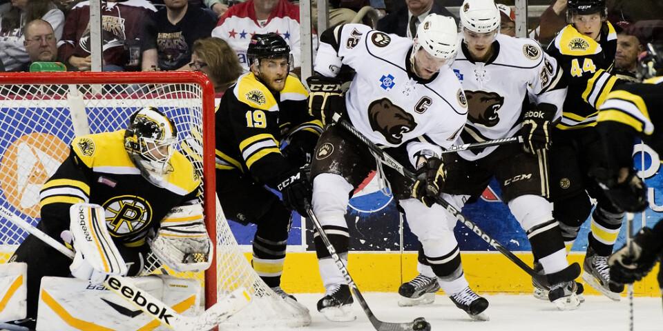 Carter Camper (till vänster i svart) under en AHL-match med Providence Bruins. Arkivbild.