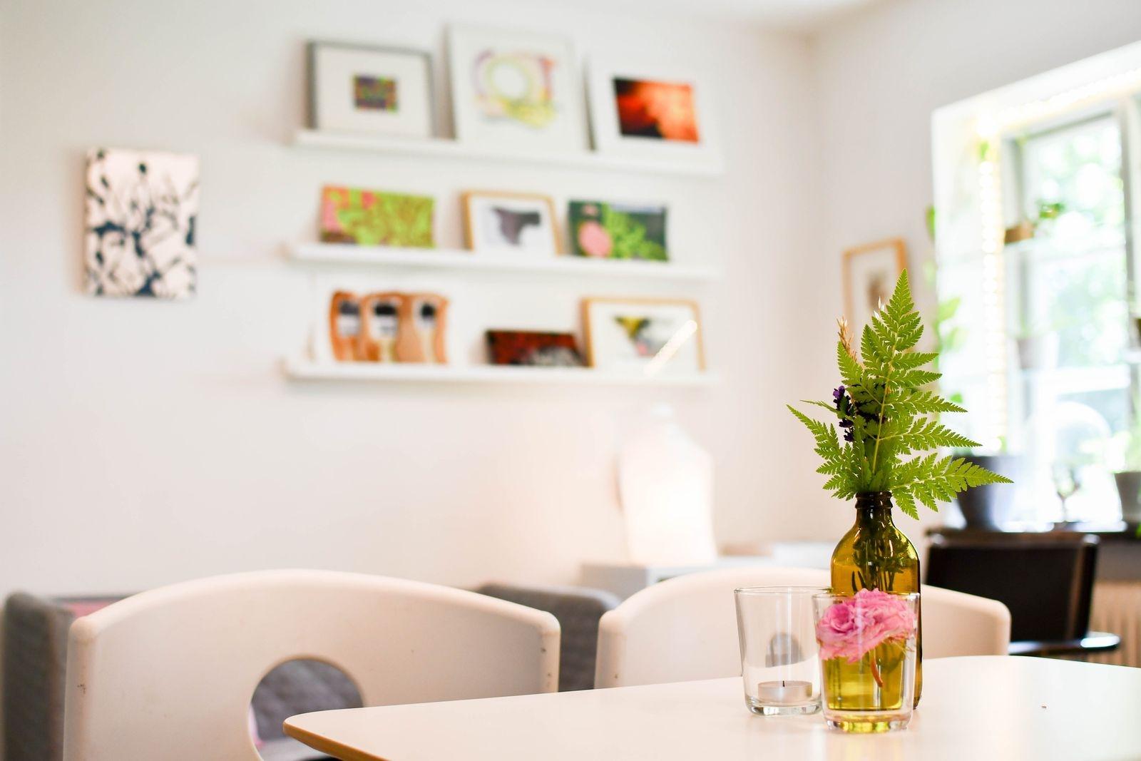 Det finns gott om plats för cafégästerna att sprida ut sig på, både inomhus och utomhus.