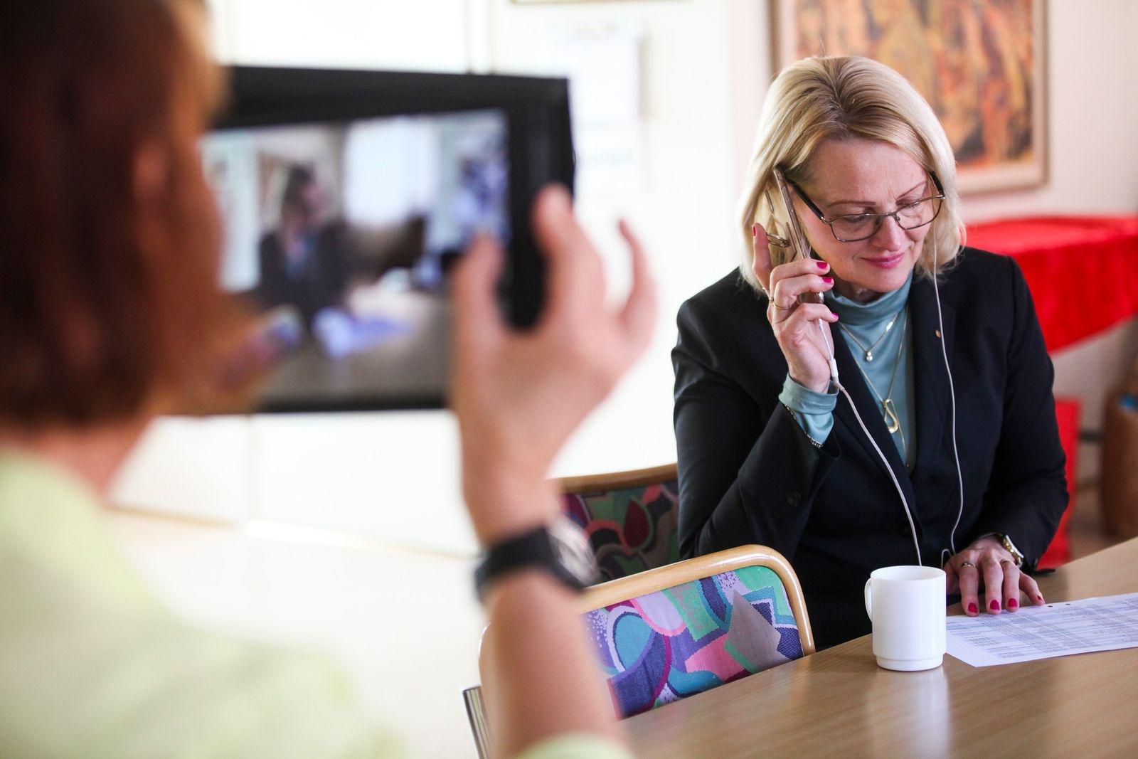 EU-parlamentarikern Heléne Fritzon (S) gästade sina partivänner i Simrishamn i april. Tillsammans med arbetarekommunens styrelsemedlemmar ringde Fritzon upp äldre medlemmar som satt isolerade hemma.
