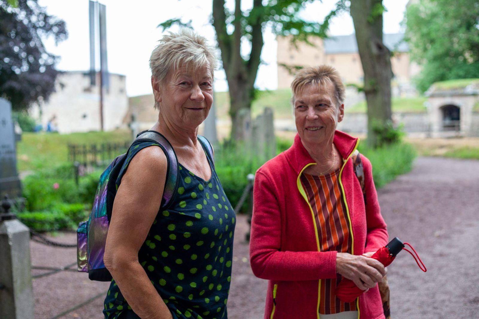 Marvy Nilsson och Agneta Falkfors tycker att kyrkogårdsteatern är årets höjdpunkt. – Det är jättespännande och intressant. Duktiga skådespelare är det också!