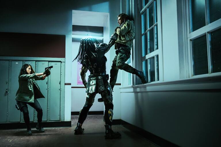 """Olivia Munn och Boyd Holbrook i """"The predator""""."""
