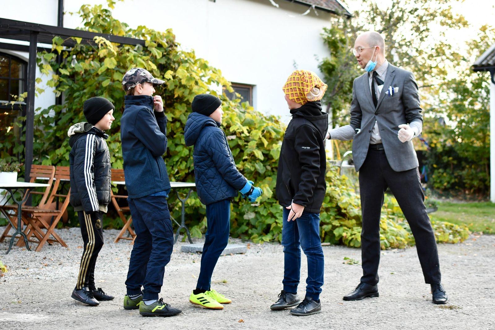 Nils Peder Holm, som driver Skillinge teater tillsammans med Karin Johansson-Mex, mötte eleverna i rollen som entreprenören Yngve.