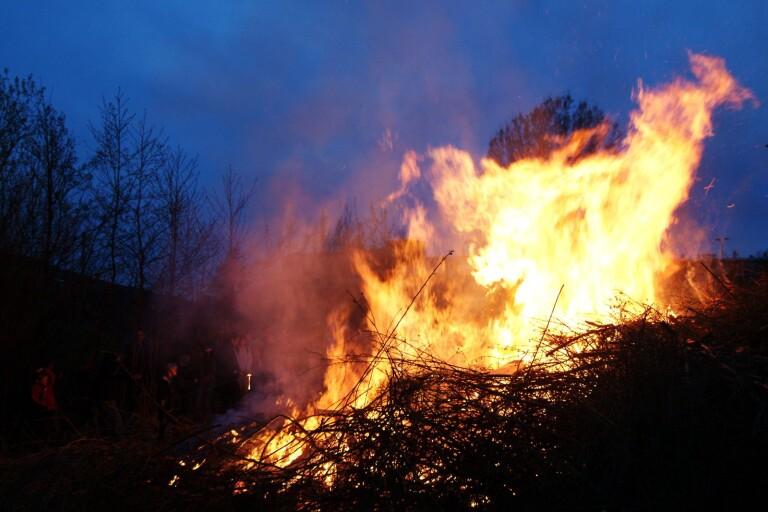 Lågor: Larm om övertänd villa var brinnande rishög
