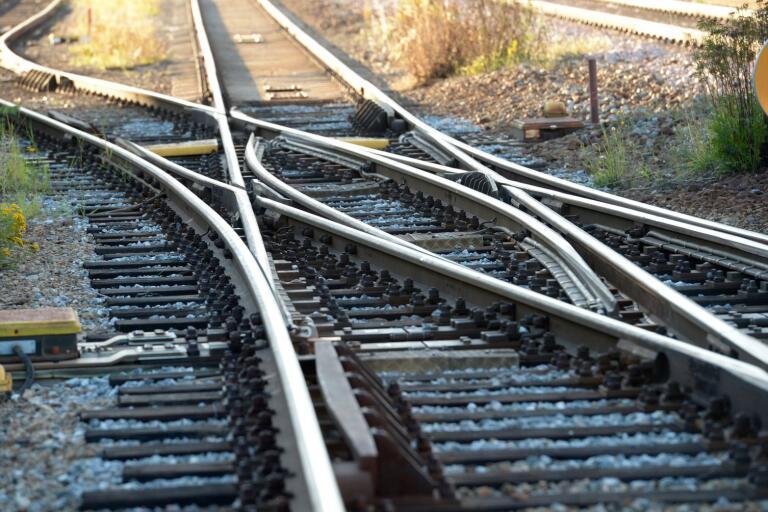 Det är  enligt min mening inte effektivt att lasta godset på järnvägsvagnar om där inte finns järnvägsspår!, skriver signaturen LBP.