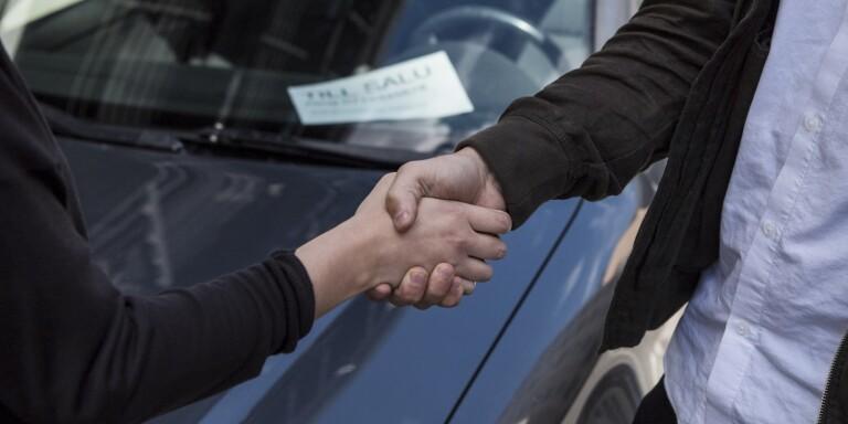 Svårt att motstå en bilhandlare som bonar golv