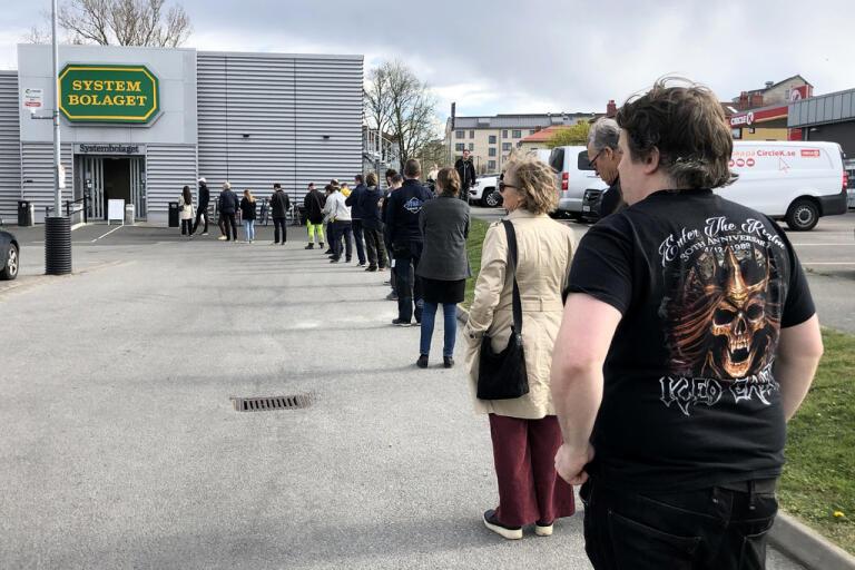Köerna blir mycket långa utanför Systembolaget i Munkebäck i Göteborg när det på grund av smittrisken bara får vara ett visst antal personer samtidigt i butiken för att köpa alkohol. Arkivbild