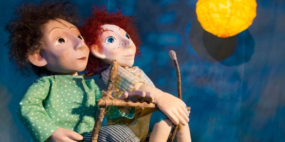 Måntornet handlar om Sindre som hellre drömmer om att ta sig till månen än spelar fotboll.