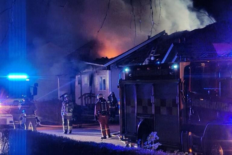 TV: Två radhuslägenheter totalförstörda – anmälan om mordbrand