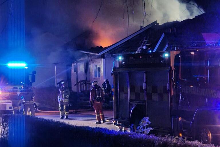 TV: Två radhuslägenheter totalförstörda – grannar evakuerades