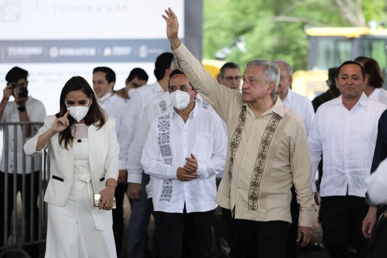 Mexikos president Andrés Manuel López Obrador vinkar till supportrar på under en resa genom landet i måndags. Han har meddelat att samhället nu ska börja öppna igen.