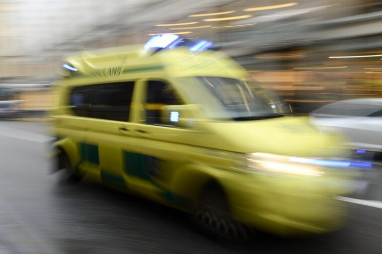 Föll från hus – fick vänta över två timmar på ambulans