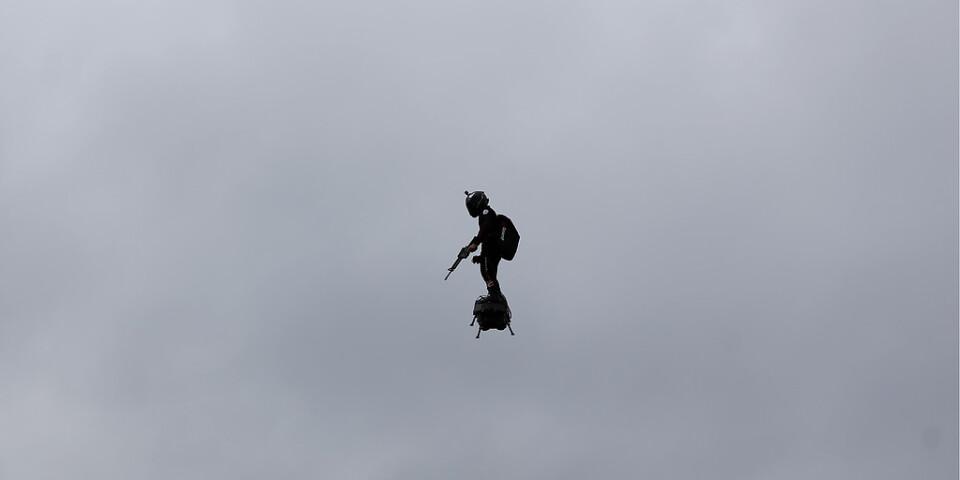 Flygande Man Pa Champs Elysee Gjorde Succe Blt