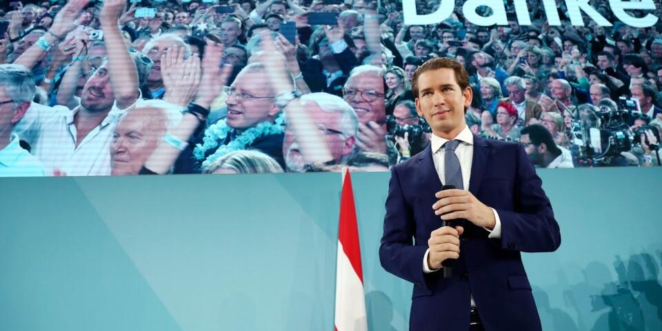 Den unge politikern möter sina anhängare under partiets valvaka som tog plats på söndagskvällen.