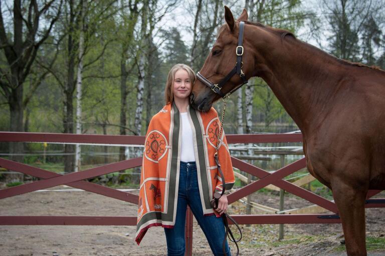 Estelle Nerö lägger tiden på skolan, hästarna – och nu även på det sprillans nya e-handelsföretaget E-stelle Equestrian.