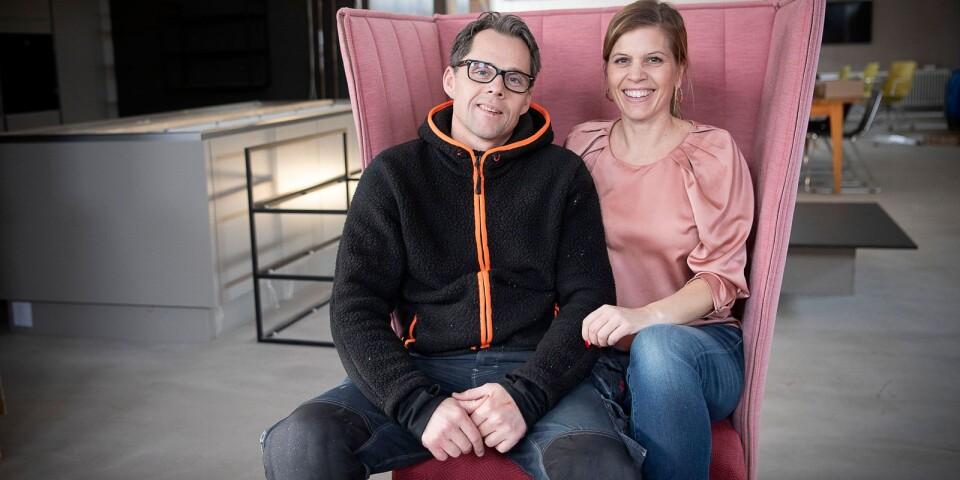 Mikael Johansson och Frida Åkesdotter-Johansson driver Fridas design och FM bygg tillsammans. Fridas design är ett inredningsföretag som jobbar med kompletta lösningar för hem och offentliga miljöer.