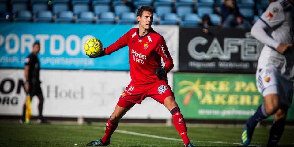 Andreas Isaksson, när han spelade med Djurgården under sin sista säsong, här mot TFF på Vångavallen.