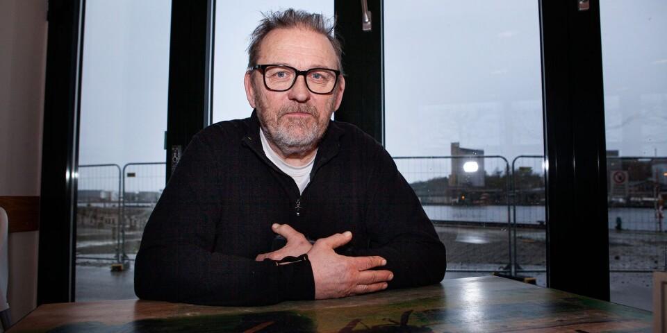 Anders Englesson i Köksbordspartiet menar att Karlshamns kommun har skjutit till pengar till projekt som man inte hade planerat, bara på grund av en miljonär har skänkt pengar.