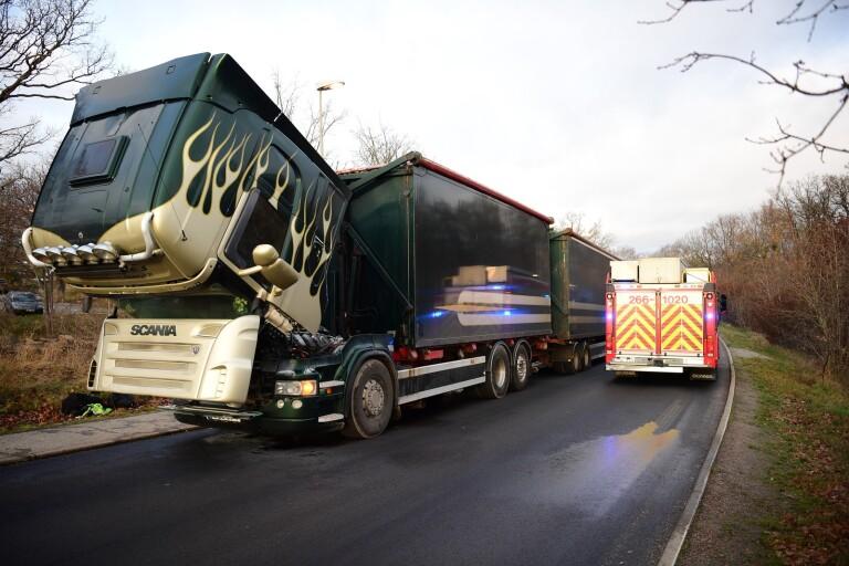 Larm: Lastbil började brinna utanför sjukhus