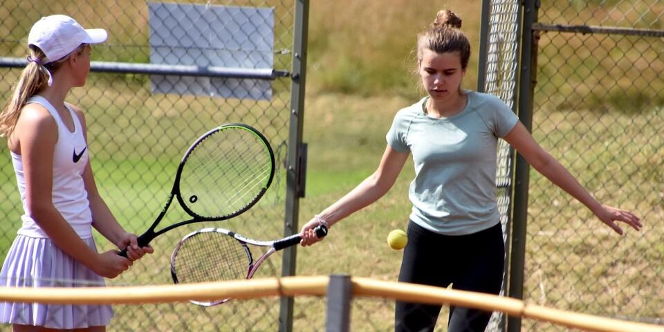 Tennis är ett roligt sätt att umgås på, tycker vännerna Josefine Alsén och Agnes Medghoul.
