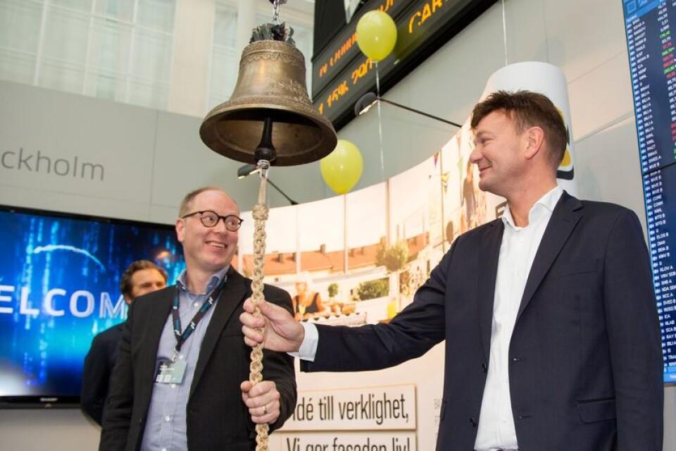 Ekonomidirektör Fredrik Hall och vd Kenneth Lundahl ringer i klockan på Stockholm Nasdaq.