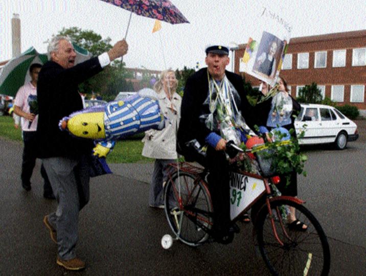 Man tager vad man haver när regnet strilar ned på studentdagen. Året är 2000 på Lars Kaggskolan.