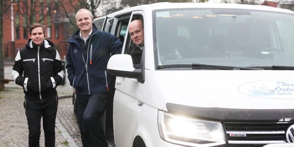 Karoline Arvidsson är ny chaufför på Taxi Österlen som utökar flottan med ytterligare en bil. Ingemar Eriksson och Jonas Fagerell ser framtiden an med tillförsikt.