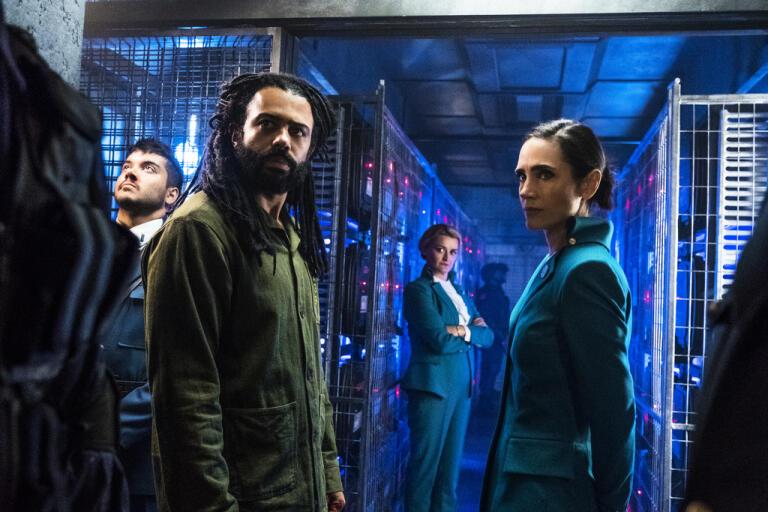 "Fripassageraren Andre (Daveed Diggs) och tågchefen Melanie (Jennifer Connelly) tvingas samarbete i ""Snowpiercer"". Pressbild."