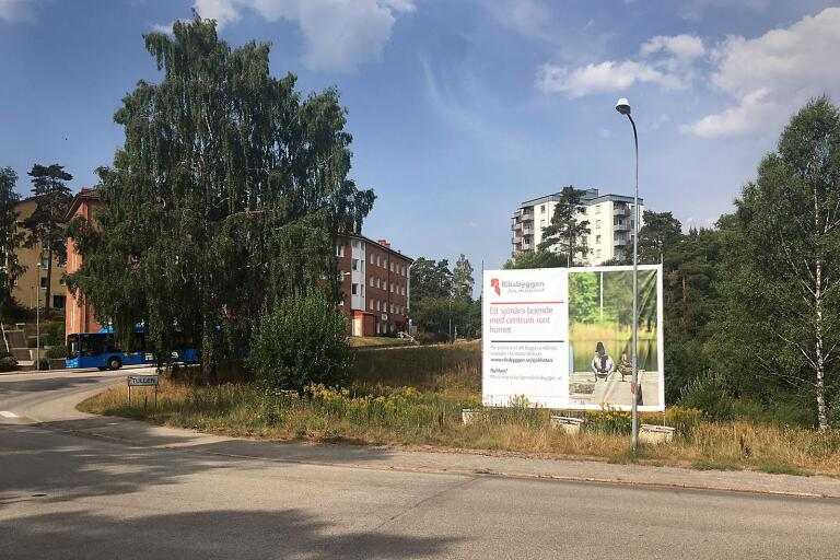 De två höghusen skulle på ett brutalt sätt avskärma Byttorp från grönområdet vid Byttorpsjön, husen skulle bli som en hög mur som skymmer kontakten med grönområdet vid sjön, anser skribenten.