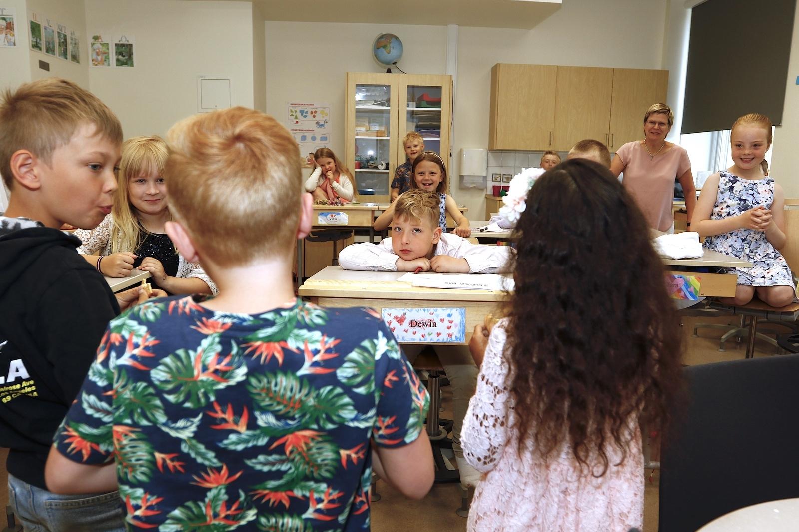 Kontrad Letoni Björk till vänster är snabbast i första klass med att vissla efter att ha tuggat i sig två mariekex.