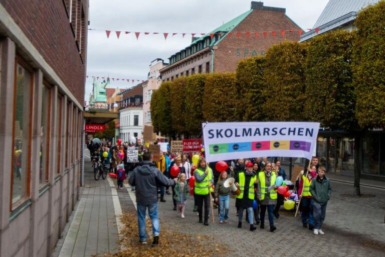 Med gula västar, färgglada ballonger och en megafon vandrade skolmarschen genom Trelleborgs centrum på söndagseftermiddagen.