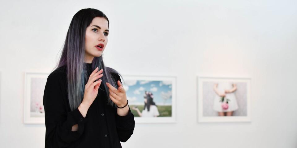 Saga Wendotte blev direkt efter gymnasiet antagen till Fotoskolan i Stockholm och har varit verksam som fotograf sedan 2010. Hon fick stor uppmärksamhet i samband med utställningen In Between Realities på Fotografiska museet i fjol. Just nu visas hennes bilder på Tomelilla konsthall.