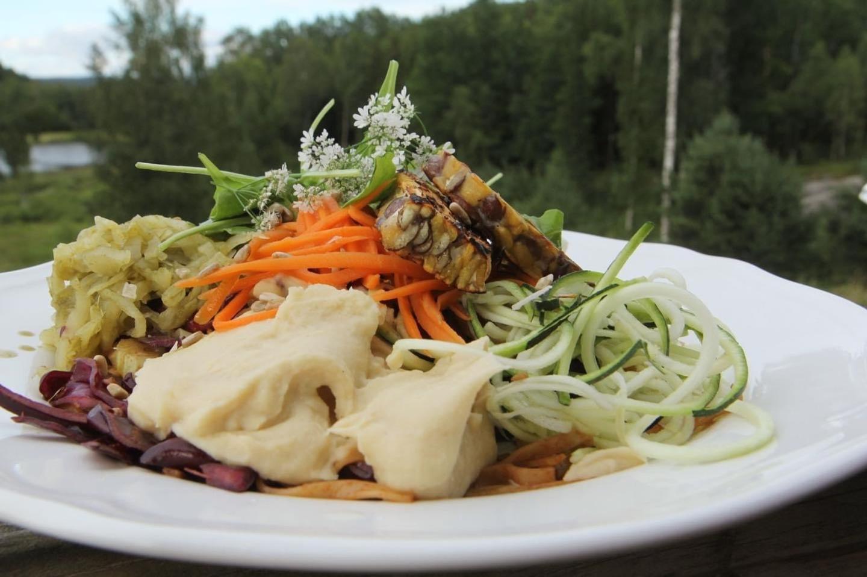 Tempeh-sallad med silkeslen hummus av palsternacka, zucchini, ramslök sauerkraut, korianderblomma samt en liten glasnudelsallad med inspiration från Thailand.