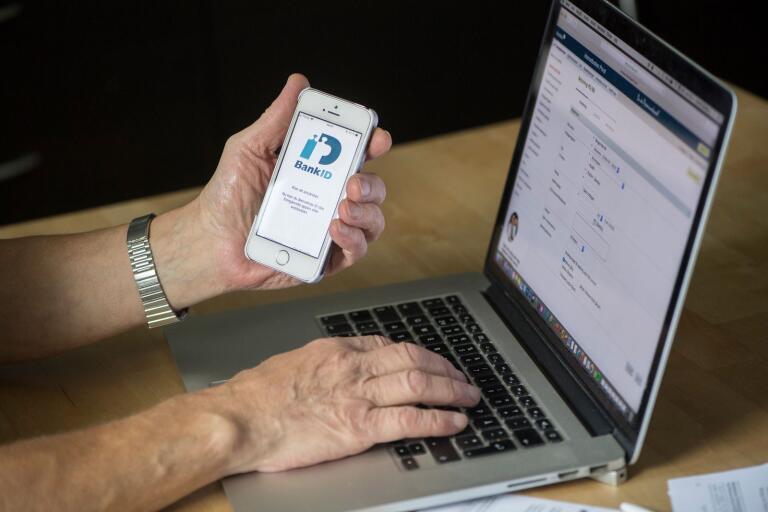 Många är ovana vid att det hela tiden kommer ny teknik och appar. Det utnyttjar bedragare. Vi behöver hjälpa våra äldre att undvika de kriminellas trick, anser Andreas Carlson och Ingemar Kihlström.
