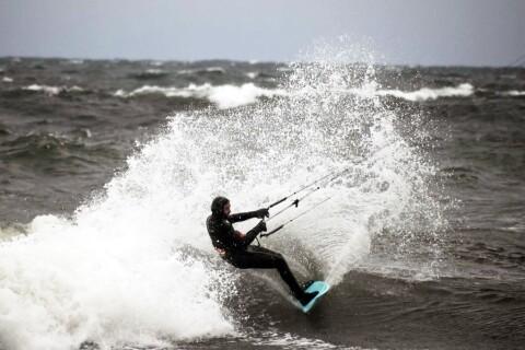Bildspel: Surfing i jättevågor på Öland