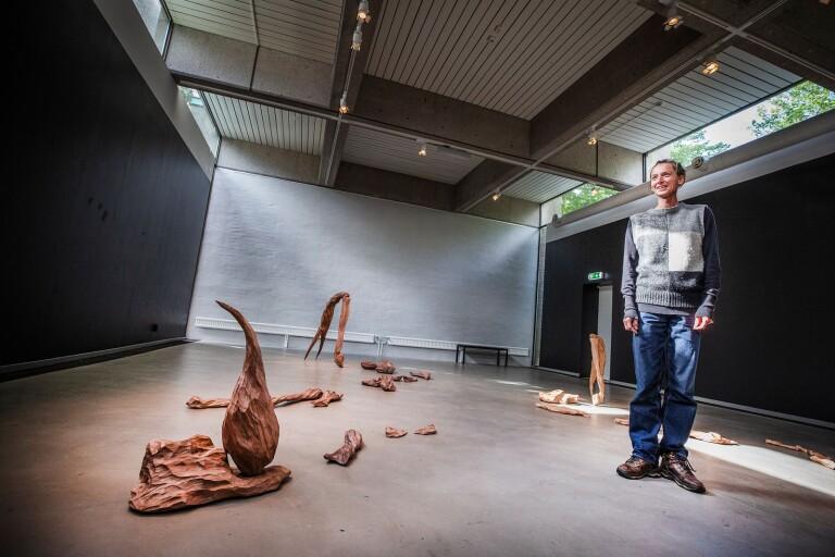 """Krabbklor och skorpiontaggar. Delarna till konstnären Thale Vangens verk """"Shadow Tools"""" ligger till synes planlöst utspridda. Men de är utplacerade med magkänsla."""