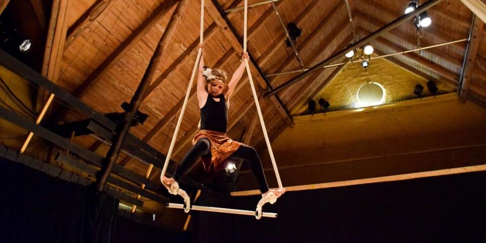 Kulturskolan bjuder traditionsenligt in till dans- och cirkusföreställnig varje vår, i år var första gången som den gavs på Skillinge teater.