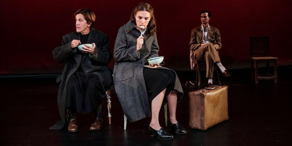 """Cecilia Lindqvist och Sandra Stojiljkovic, samt i bakgrunden Lukas Olde Monnikhof. I en scen ur höstens första pjäs på Intiman, Malmö: """"Sidonie & Nathalie""""."""