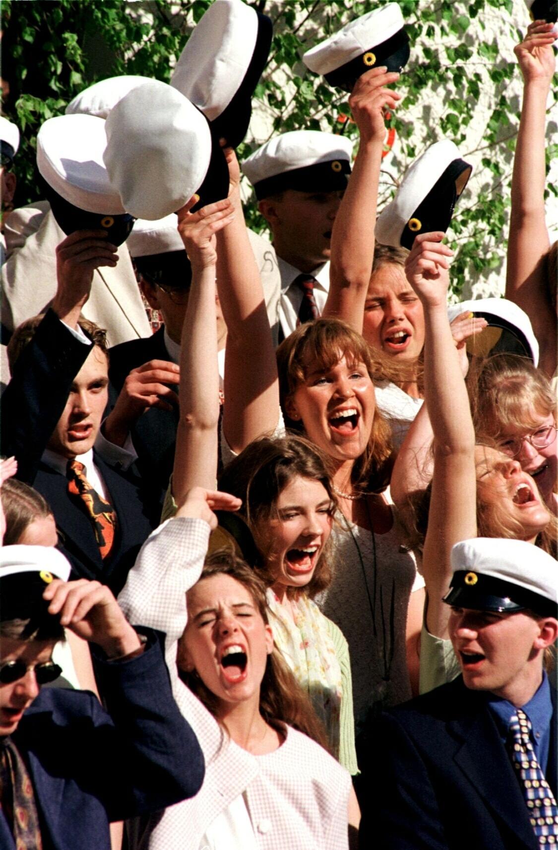Studentmössor i skyn på Torsås korrespondensgymnasium 1996.