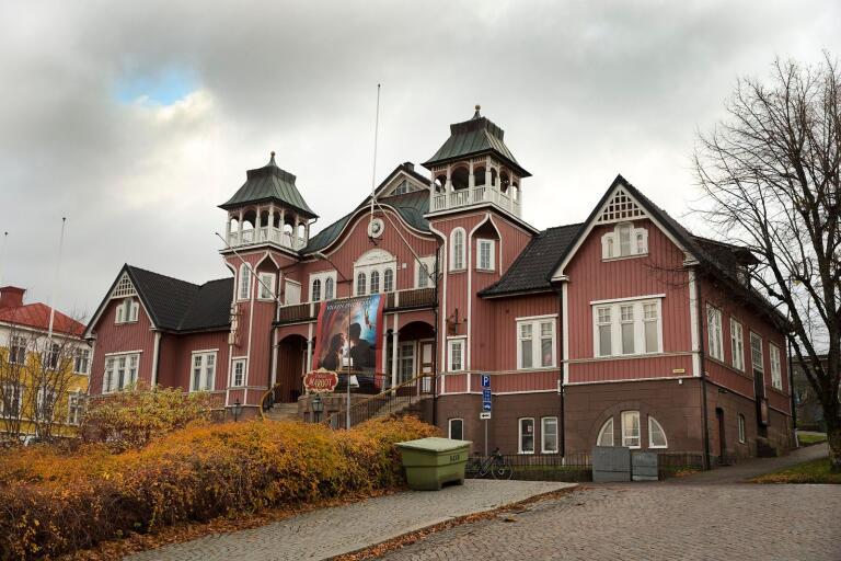 Folkets Hus i Ulricehamn dokumenteras i en ny bok om svenska teaterscener.