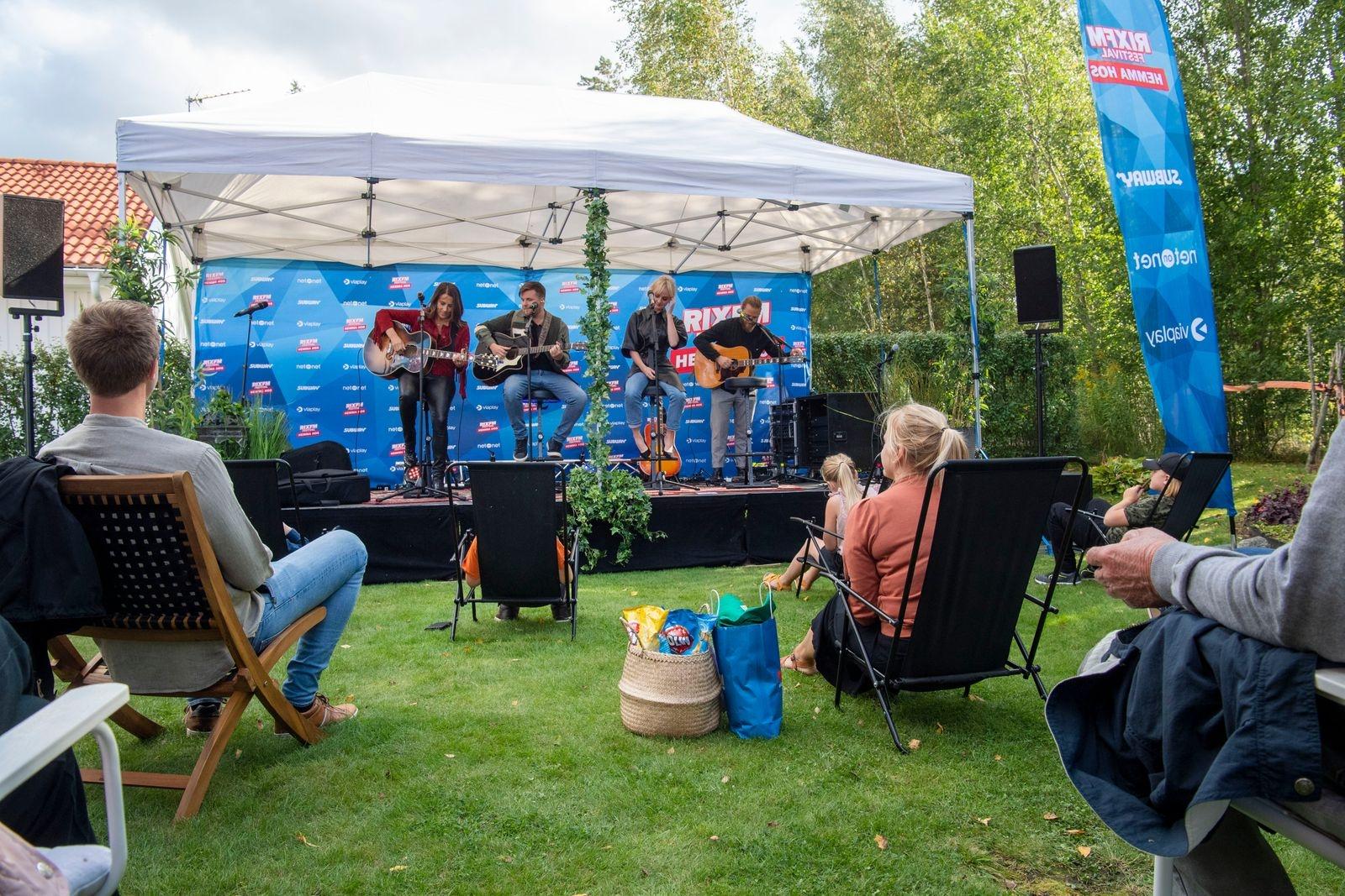 Familjen Andersson bjöds på en exklusiv konsert i sin egna trädgård.