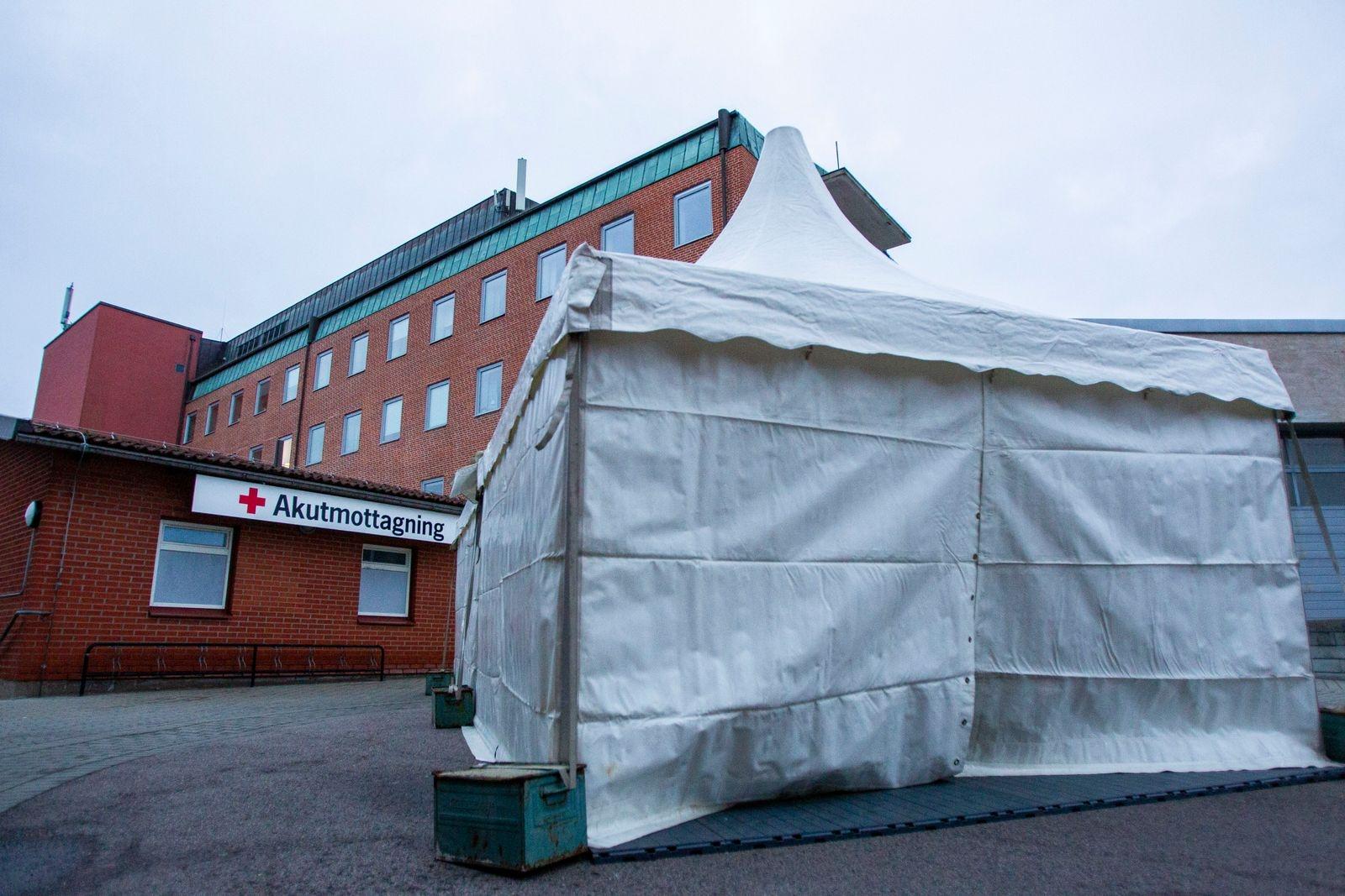 Sjukvårdstält sätts upp utanför ingången till akutmottagningen på Trelleborgs lasarett, med anledning av coronaviruset.