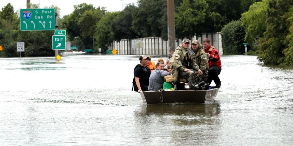 Frivilliga drar stort lass efter översvämning