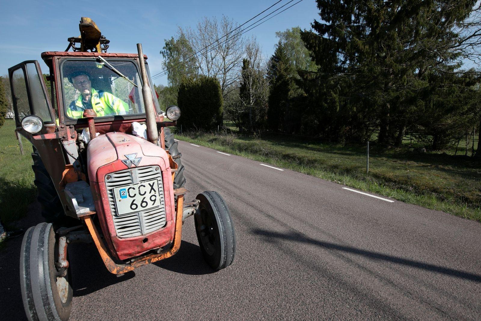 – Kanske blir vi bortglömda här uppe om det blir en kommun, säger Kenneth Rydberg när han stannat traktorn på Grankullavägen. Han får inte heller rösta, trots att han är uppvuxen på Nordöland. Han har bott i Kalmar hela sitt yrkesliv.