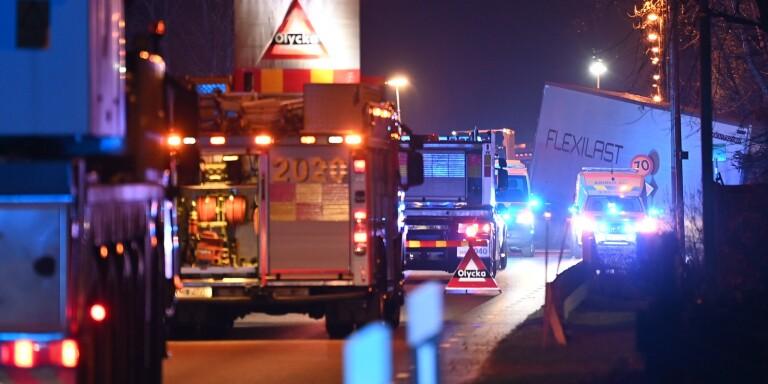 Lastbil krockade med flera bilar – två personer dog