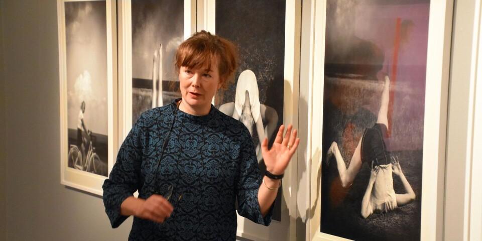 """""""Porträtt av ung kvinna"""" är Lina Karna Kippels senaste fotosvit, som nu ställs ut som en del av fotoåret på Tomelilla konsthall. Rörelse är ett genomgående inslag i många av bilderna. För fotografen själv har det länge varit ett mål att ställa ut i just de här lokalerna."""