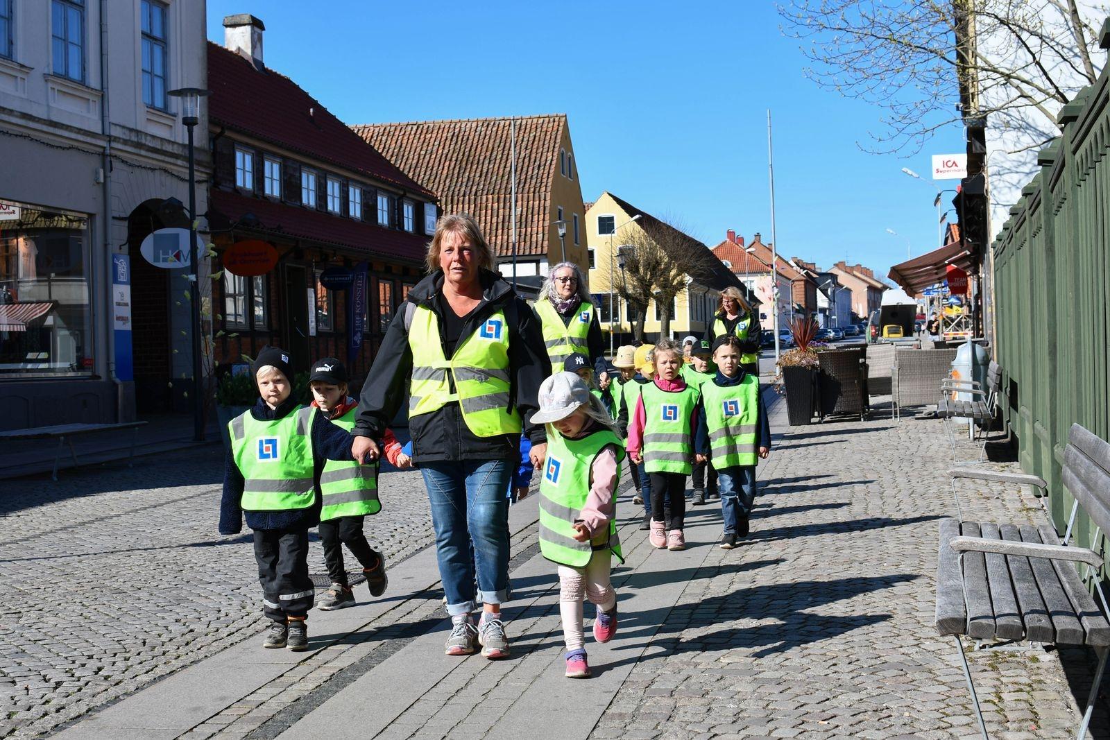 Femton av de sexton brobyggarna från Backstugans förskola promenerade tillsammans med sina pedagoger till Österlens museum för att hålla vernissage.