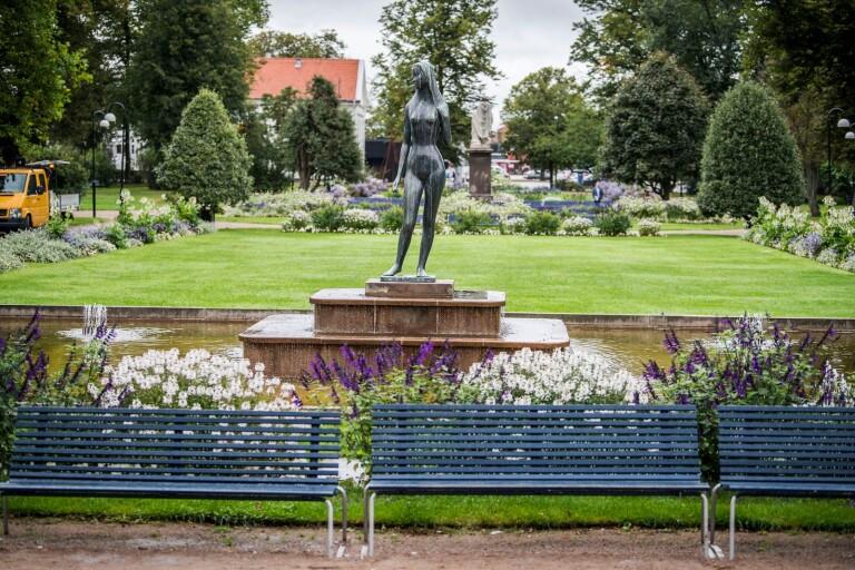 Ofredande: Försökte krama kvinna i parken